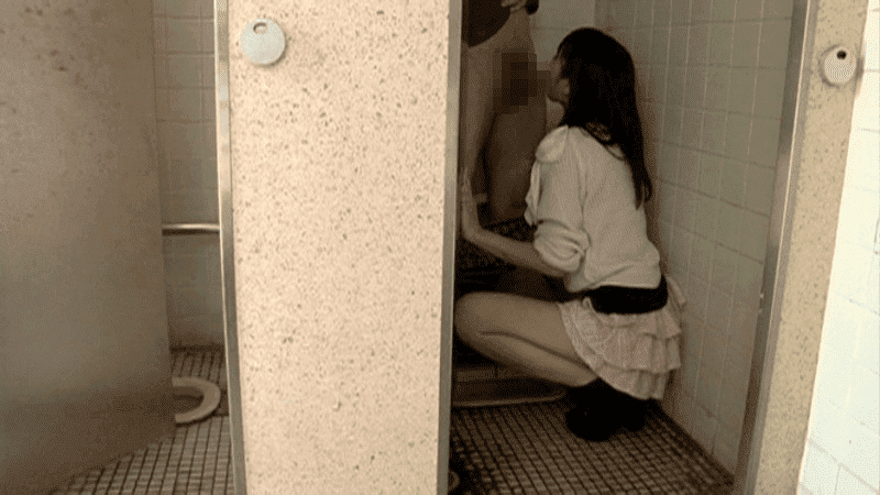 「フェラ散歩 SNSで知り合ったひとみちゃん 21歳」公衆便所でフェラチオ