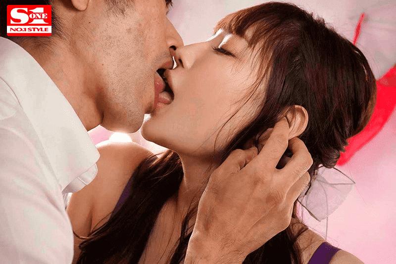 「安齋らら理性飛ぶ 禁欲×媚薬漬け 異常絶頂ストロング」キス
