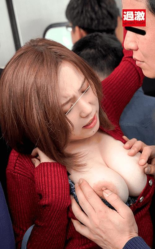 「痴●されてもしょうがないムチムチワンピースで満員電車に乗り込み触られて喜ぶ変態女」田中ねねの乳首いじり