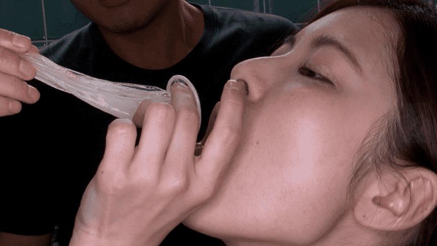 「あ~もう我慢できませ~ん!暴発・早漏・ハプニング発射集 vol.4 配信専用」豊中アリスのコンドームの中の精子をゴックン