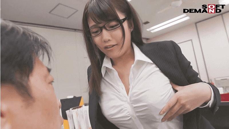 「 巨乳MC上司を催●洗脳で忠誠な淫乱雌犬にさせて、社内でハメ放題! 佐知子」胸を強調する